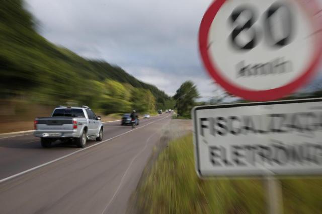 Respeite os limites de velocidade das vias